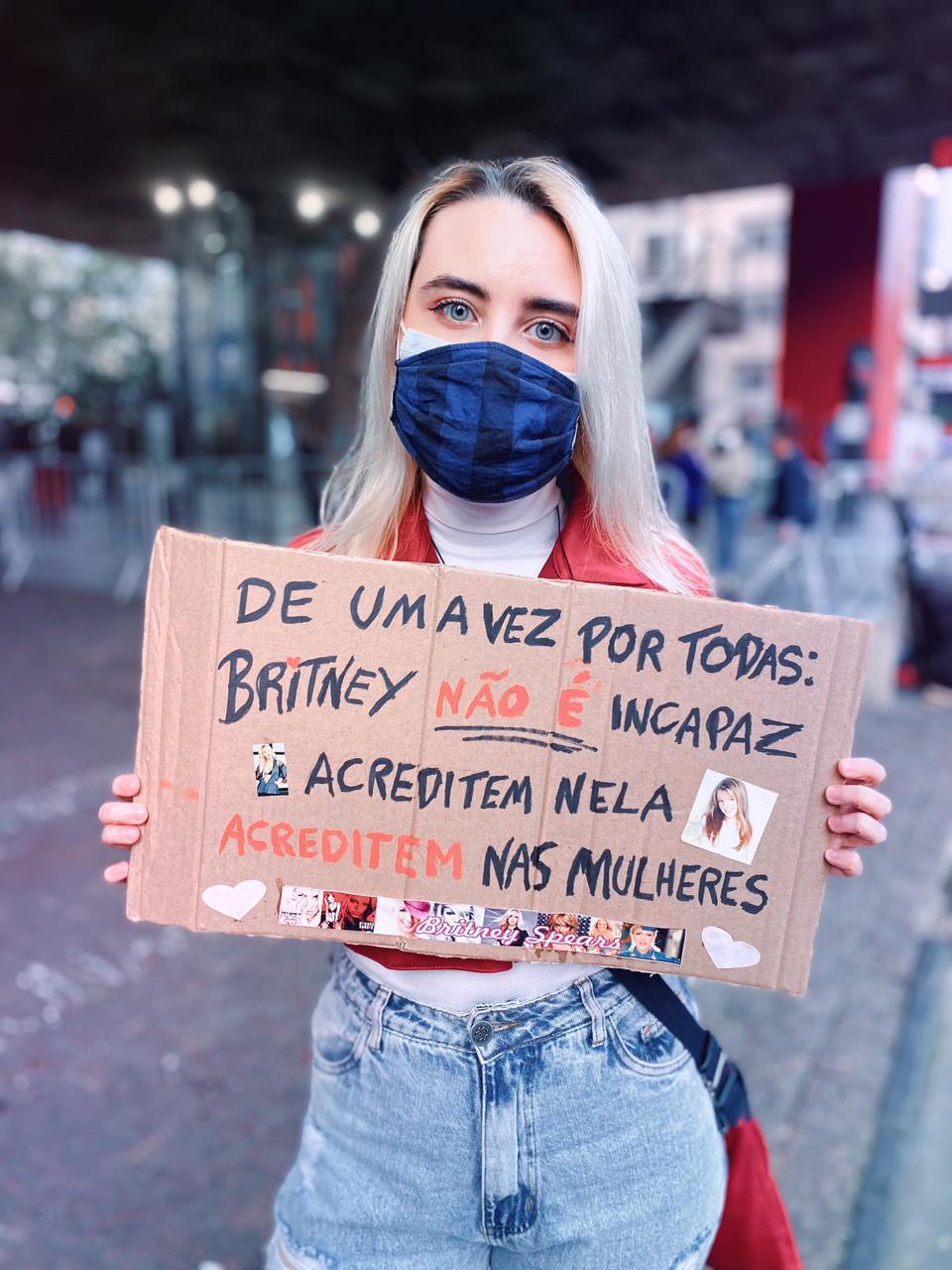 foto de mulher com cartaz nas manifestações a favor do movimento #freebritney, na Avenida Paulista